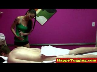 진짜 문신을 한 아시아 masseuse에 spycam