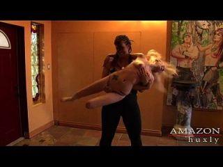 아마존 여자가 pixie을 파괴합니다.