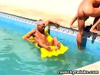 수영장에서 두 번 트윈크