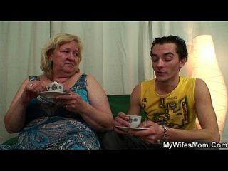 거대한 늙은 어머니 소년 빌어 먹을 행동