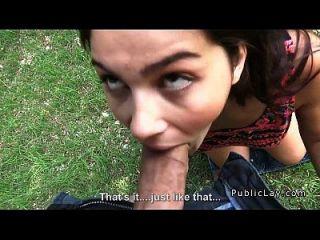 바스 티와 털이 이탈리아 학생은 공원 pov에서 좆.