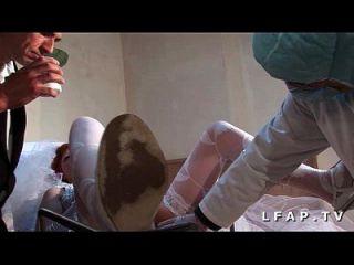 la vieille mariee se fait defoncee le chez le gyneco en trio avec le mari