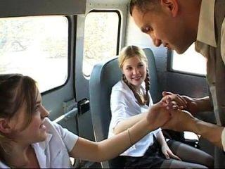 두 명의 귀여운 여학생이 버스에서 좆된다.