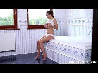 뜨거운 욕조에 몸을 담그고있는 거대한 버피