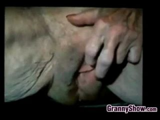 할머니는 매우 느슨한 여자와 놀아요.