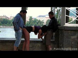 길거리에서 2 명의 남자에 의한 공공 섹스 busty teen gangbang