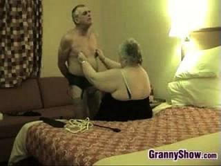 재미있는 할머니와 그녀의 남편이 재미