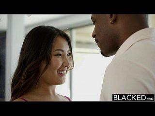 엄청난 검은 수탉에 검은 아시아 아시아 베이비 옥 비명 비명