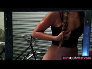 자전거 수리 가게에서 서쪽으로 귀여운 아마추어 레즈비언 소녀들.