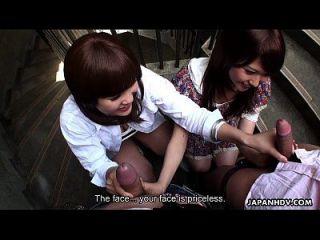 계단에 친구들을 빠는 두 slutty 아시아 매춘부