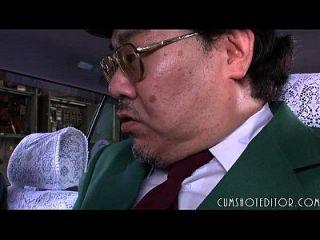 차 안에서 일본인 8 명을 먹고 복종하는 복종심