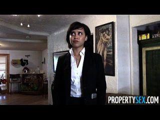 propertysex 귀여운 부동산 중개인은 클라이언트와 더러운 pov 섹스 비디오를 만든다.