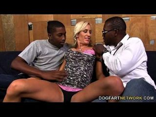 조이는 포틀랜드가 흑인 남성들과 어울리기를 원한다.