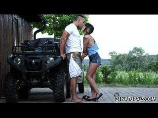 모나 님과 함께 농장에서 섹시한 하드 코어 에로티카