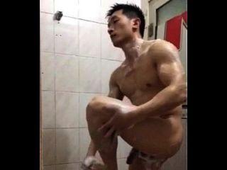 잘 생긴 중국 경찰은 목욕을한다.
