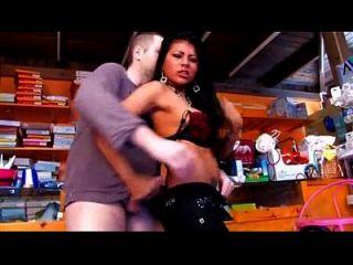 그녀가 일하는 가게에서 큰 가슴을 가진 섹시한 라티 나