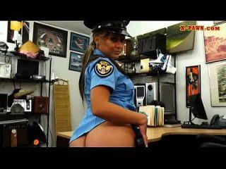 큰 가슴 경찰관은 전당포에 의해 못을 박 았어.
