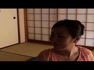 집에서 아들과 그의 친구, 집에서 만든 숨겨진 캠이있는 일본인 엄마 이야기