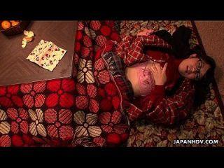 못생긴 아시아 사춘기는 담요 아래 그녀의 성기를 비 웁니다.
