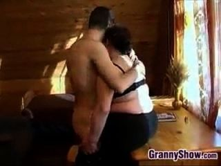 통통한 할머니는 그녀의 일부 거시기를 받고