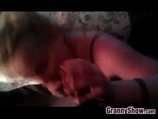 할머니 큰 검은 수탉에 입으로를 제공합니다.