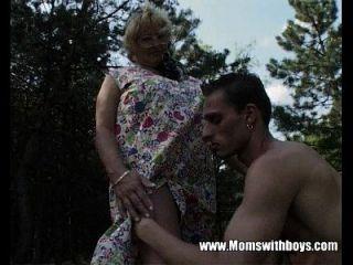 흥분한 할머니가 숲에서 젊은 아가씨