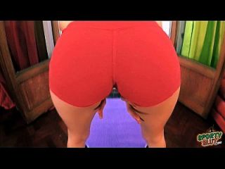 꽉 반바지에 큰 푹신한 cameltoe 음부를 보여주는 큰 엉덩이 하이틴