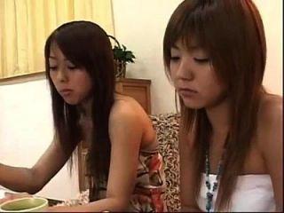 케이크를 먹고 키스를하는 2 명의 일본 레즈비언