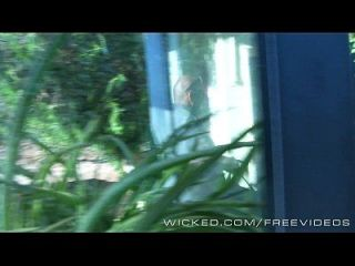 악의적 인 사만다 론이 숨겨진 카메라에 걸렸다.