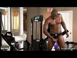 뜨거운 블랙 jock 디젤 워싱턴 워킹 수탉 체육관에서