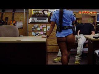 큰 가슴 경찰은 그녀의 찰싹 때림 소리를 듣고 심하게 두들겨 패다.