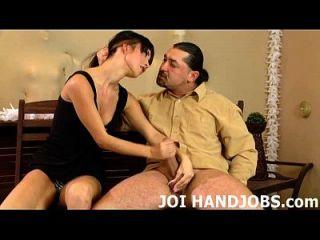내 작은 손에 당신의 하드 수탉을 댔어 사랑 joi