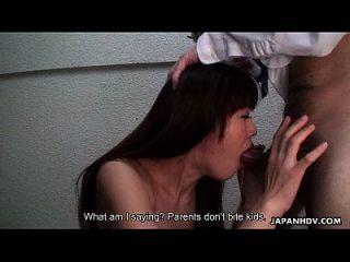 심술 궂은 아시아 베이비는 친구의 물건을 노리는 침을 뱉어냅니다.
