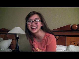 안경에 귀여운 뚱뚱한 아시아 여자 친구 손가락