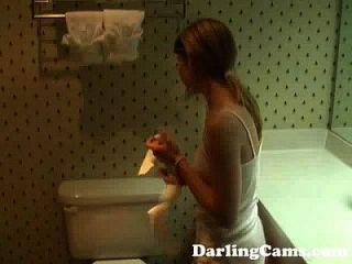 젊은 18yo 십대 호텔 욕실 darlingcams.com에서 masturbates