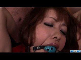 리카 쿠라 치 순종 bimbo는 속박 포르노를 즐긴다.