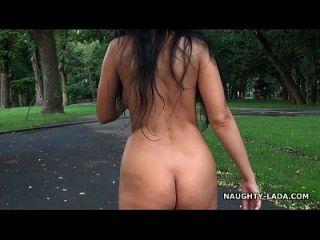 누드 걷고 공원에서 자위하다.