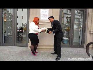 큰 전리품 bbw 빨간 머리 티파니 스타가 그녀의 새로운 보스 빌어 먹을