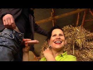 성숙한 농부의 아내가 농장에서 망할 것입니다.