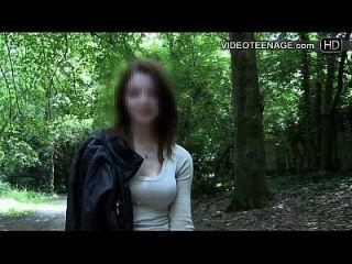 수줍어 한 십대는 그녀의 첫번째 포르노 주조를한다.