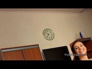 사무실에서 두들겨 맞은 대중의 거대한 빨간 머리