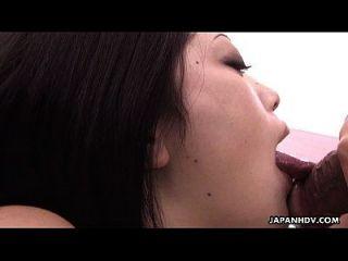 귀여운 큰 일본 여자가 좋은 큰 pecker에 빠는