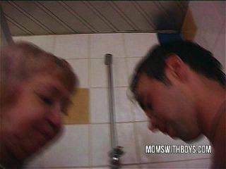 젊은 스터드와 김이 나는 소름 끼치는 샤워 좆에