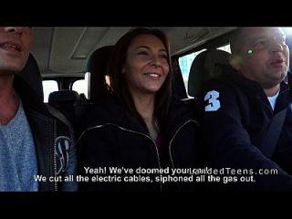 차에서 치는 3 명의 십대 hitchhikers