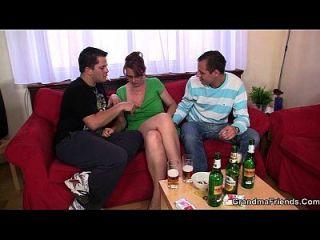 맥주 한잔 후 성숙한 병아리와 함께 뜨거운 3 사람