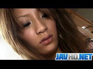 정욕적 인 일본인 베이비는 딱딱한 장난감으로 바쁘다.