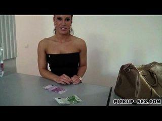 대리인 현금으로 교환하는 낯선 사람이 찍은 체코 여자