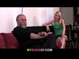 소름 끼치는 젠체하는 남자가 아빠와 아내를 찾는다.