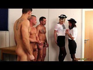 경찰 여자는 그녀의 얼굴에 3 개의 짐을 얻는다.