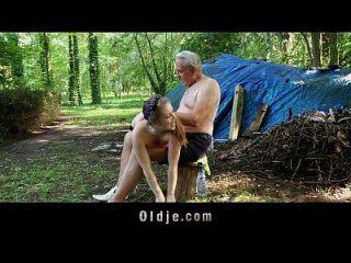 perv 노인은 숲에서 사춘기를 치다.